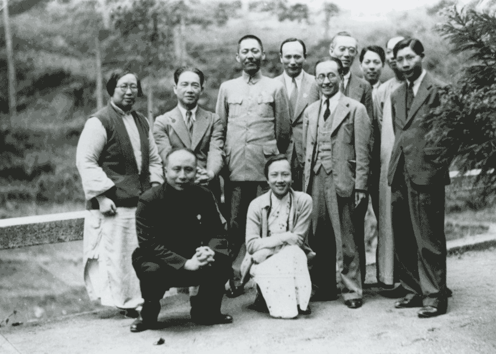 Wang Jingwei and Chen Bijun photographed in Hengyang, 1938. Standing, from the right: Chen Junhui, Cao Zhaoyan, Chen Changdao, Chen Chunpu; seventh from the right: Wang Mougong; First from the right, in front: Wang Wenxing.