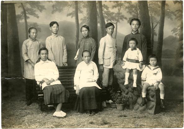 From right: Wang Ying, Wang Xing, Wang Jingwei, Chan-Cheong-Choo. Chen Bijun. First from left in front: Chen Shunzhen