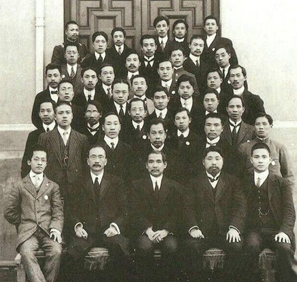 Wang Jingwei (first in the front from the right) and other members of Tongmenghui